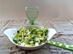 Tagliatelle di zucchine al pesto #ricetta di le farfalle nello stomaco Veggie Food, Veggie Recipes, Antipasto, Pesto, Sprouts, Vegetables, Cooking, Mint Green, Vegetarian Food