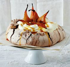 Beautiful and light, this meringue recipe is ideal for a tea-time treat or special dessert. Chocolate and Pear Pavlova Meringue Pavlova, Pavlova Recipe, Pavlova Cake, Meringue Food, Chocolate Pavlova, Dessert Chocolate, Chocolate Cream, Roasted Pear, Cupcakes