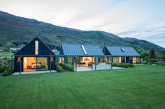 This Wanaka holiday home was designed to cater for extended family and friends. Pete and Belinda Blaxland had often thought of. Architecture Durable, Houses Architecture, Modern Barn House, Haus Am See, Rural House, Farm House, Modern Farmhouse Exterior, Shed Homes, Exterior Design