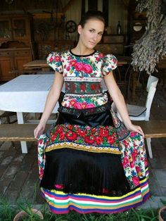 Nice dress love th print Hungarian Embroidery, Folk Embroidery, Floral Embroidery, Embroidery Designs, Hungarian Women, Popular Costumes, Romanian Girls, Costumes Around The World, Textiles