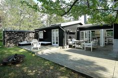 Idé til udbygning af kolo:) my beach house dreams mökki и mö Outdoor Spaces, Outdoor Living, Tiny House, Small Beach Houses, Pintura Exterior, Exterior Paint, Black House, House Colors, Decks