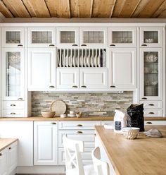 Voit hyödyntää koko seinäpinnan säilytystilana, kun kaapit ulottuvat kattoon asti. Lasiovet antavat kalustekokonaisuuteen keveyttä. 💎💎💎 Kitchen Cabinets, Home Decor, Decoration Home, Room Decor, Cabinets, Home Interior Design, Dressers, Home Decoration, Kitchen Cupboards