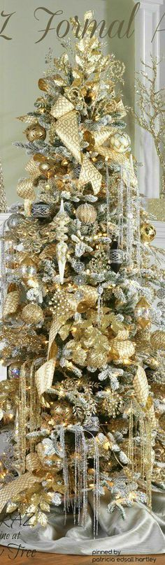 love the gold and silver waterfall effect glitter stems hanging in this Christmas tree...lovely effect...