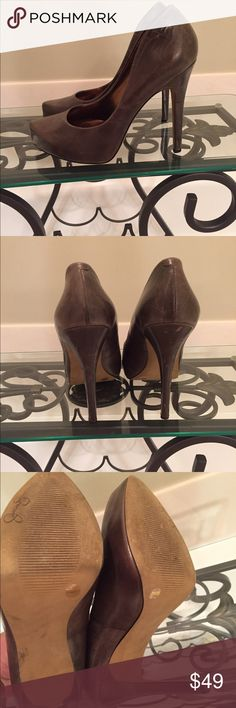 Jessica Simpson army green distressed leather 8.5 Cool distressed green leather. Shows a few scuffs but you really can't tell because of pattern on leather. Only worn a few times as you can tell from soles. Jessica Simpson Shoes Heels