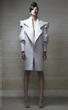 White coat with sculpted arms and shoulders - (Sculptural Fashion - coat design with layered, angular structure & sharp silhouette // Nika Tang) Geometric Fashion, 3d Fashion, Fashion Designer, White Fashion, Fashion Week, Fashion Details, Look Fashion, Fashion Show, Womens Fashion