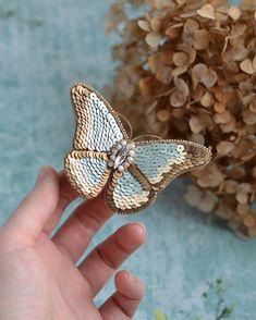 UPD: Упорхнула! Бабочка, которая никогда не улетит Затрудняюсь с названием цвета пайеток, который использован в крыльях ближе к центру бабочки, но он потрясающий Весит брошь всего 8 грамм. Размеры в крайних точках: 8 х 6 см. Свободна! 60 бел. рублей, 1899 рос. рублей или $36 на #etsy #butterfly #butterflybrooch #beadedbrooch #beadwork #brooch #брошь #брошьбабочка #вышивкапайетками #вышивкабисером #бабочка #украшение
