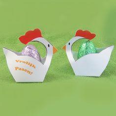 Kip, vrolijke paastraktatie met paasei!  Deze kip kun je zelf maken, als je de traktatiebouwplaten bestelt op www.genytrakteert.nl