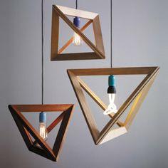 Die Lampe ist bildschön und bringt den passenden Rahmen gleich mit. Herr Mandel widmet sich mit viel Liebe und Handarbeit seiner Arbeit. Mit dem Lampenrahmen aus Eiche, der mit Hilfe von Magneten um das Kabel geklemmt wird, fordert er sie heraus: Das passende Leuchtobjekt müssen Sie nämlich selber finden, nicht jede Glühbirne verdient es schließlich eingerahmt zu werden.
