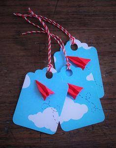 Tag de céu azul com aviãozinho de dobradura e cordão twinery vermelho e branco. A tag mede 3,5cm x 5cm. Pedido mínimo: 10 tags