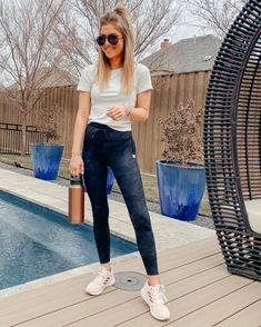 Athletic Wear, Mom Jeans, Tees, Fitness, How To Wear, Outfits, Shopping, Fashion, Moda