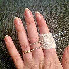 Crafts hack: knit a ring for you rneedles to avoid losing them Arrow Necklace, Hacks, Ring, Knitting, Instagram Posts, Crafts, Rings, Tricot, Cast On Knitting
