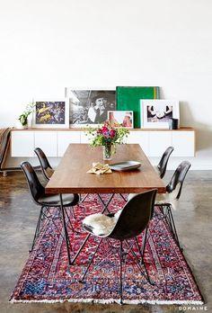 エキゾチックな雰囲気を漂わせた古風な絨毯。でも、色が明るめなのでお部屋の雰囲気が華やぎますね。