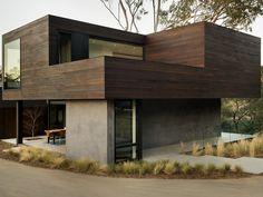 revestimento de madeira e concreto em fachada de casa
