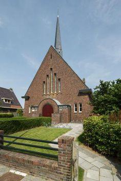 De architect Albert Wiersema uit Bedum ontwierp in 1934 deze sobere, neoclassicistische zaalkerk in een gematigde variant van de Amsterdamse School | Westeremden | Groningen
