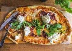 Corretto Deli & Cafen herkullinen pizza; täytteenä mm. tuoretta mozzarellaa
