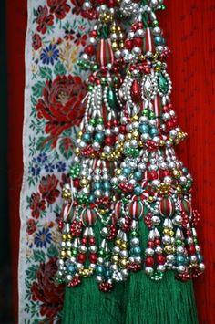 Kalotaszentkirályi motívum - Erdély Folk Costume, Costumes, Folk Clothing, Hungarian Embroidery, Folk Dance, My Roots, Budapest Hungary, My Heritage, Embroidery Patterns