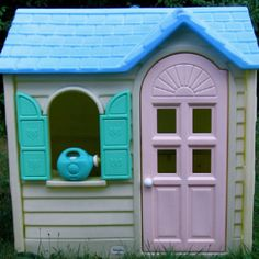 Little Tikes playhouse!! I had one at my gramma's house! Love this!!