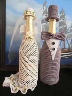 wedding bottle decoration,decorative bottles,bride and groom wine bottle covers,pimped bottles wedding,wedding decoration Wine Bottle Covers, Wine Bottle Art, Painted Wine Bottles, Wine Bottle Crafts, Crochet Jar Covers, Wedding Bottles, Crochet Wedding, Crochet Home, Crochet Projects