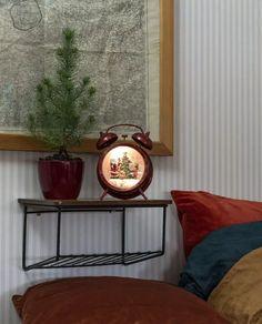 Nydelig vannfylt lykt med integrerte varmhvite LED lyskilder og glitter som minner oss om gamle dager og gir oss den magiske følelsen av julen som står for tur. Lykten er i form av en vekkerklokke med nisse og barn.Den er utstyrt med vifte slik at du skal slippe å riste den hver gang du ønsker den i gang og den spiller også koselig julemusikk. I tillegg til dette har lykten timer, slik at den automatisk slår seg av etter 5 timer. Home Design, Entryway Tables, Inspiration, Home Decor, Furniture, Decorative String Lights, Energy Conservation, Xmas Lights, Christmas Tree