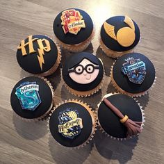 Pin for Later: Everything You Need For a Magical Harry Potter Halloween Party Don't Hold Back on Decorating You can try having your guests decorate their own cupcakes and desserts or do it yourself! Harry Potter Cupcakes, Party Harry Potter, Harry Potter Torte, Harry Potter Desserts, Harry Potter Wedding Cakes, Cumpleaños Harry Potter, Harry Potter Halloween Party, Harry Potter Sorting Hat, Harry Potter Birthday Cake