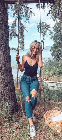 10 Ripped Jeans Outfit Ideas For Women To Style This Season! Ripped Jeans Outfit Ideas For Women Legging Outfits, Jeans And Sneakers Outfit, Outfit Jeans, Dress Outfits, Ripped Jeans Outfit Casual, Jeans Dress, Vans Outfit Summer, Cool Summer Outfits, Spring Outfits