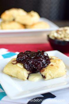 Questi morsi rotolo mezzaluna vengono riempiti con un ripieno di ciliegio fatti in casa e formaggio brie.  Delizioso antipasto per ogni giorno di festa o di gioco!