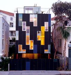 Fassade aus Zement und Glaselementen