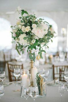 centre de table de mariage pas cher avec jolie décoration en fleurs blancs