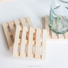 Now isn't this just the cutest thing?! Find out here how you can make these mini pallet coasters!