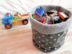 Comment fabriquer un panier fourre-tout, corbeille de rangement en tissu, tutoriel facile Baby Couture, Couture Sewing, Fabric Basket Tutorial, Fabric Storage Baskets, Sewing Online, Diy Headband, Easter Crafts For Kids, Diy And Crafts, Easy Diy