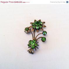 #vogueteam #vintagejewelry Green Glass Flower Brooch Pearl Brooch Art Deco by OurBoudoir