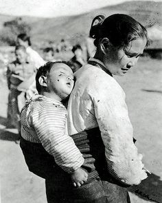 Korean Mother and Child, Seoul,, Korea during the early part of November Rare Photos, Old Photos, Korean Traditional Clothes, Grey Pictures, Korean People, Korean Art, American Soldiers, Portraits, Mothers Love