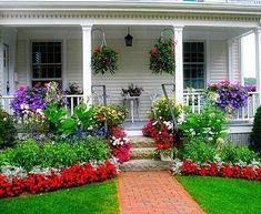Stunning 36 Beautiful Flower Beds in Front of House Design Ideas http://homiku.com/index.php/2018/03/03/36-beautiful-flower-beds-front-house-design-ideas/
