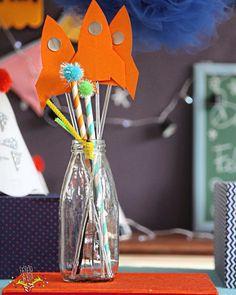"""Cada item que compõe a box da Festejo é feito de acordo com o tema escolhido e com muito amor. Tudo personalizado.  :: Temos 3 tipos de Box a Easy Box Show box e Special Box e em todas elas vocês recebem """"PINS"""" temáticos que são os enfeites a serem colocados em cima dos docinhos bolo salgados ou onde a imaginação de vocês quiserem na hora de montar a mesa!  :: Bora conhecer os detalhes e diferenças de cada caixa da Festejo! http://ift.tt/1rLBZPn  :: #Festejoinbox #FestaInfantil…"""