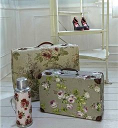 Give an old case a fresh start. MOD PODGE FABRIC onto suitcases . ( your choice of shabby chic . Use the suitcases to store art supplies, crafts supplies, toys, pet girl boy Idées Mod Podge, Modge Podge Fabric, Shabby Chic Kitchen, Shabby Chic Decor, Diy Projects To Try, Craft Projects, Project Ideas, Craft Ideas, Vintage Suitcases