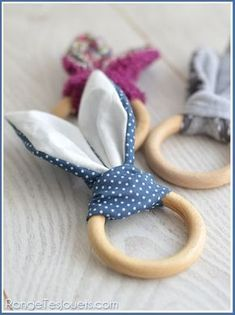 (hochet-lapin-patron-gratuit) this is supposed to be something for a baby, but to me looks like bunny napkin rings Sewing For Kids, Baby Sewing, Diy For Kids, Baby Couture, Couture Sewing, Baby Crafts, Easter Crafts, Egg Crafts, Easter Ideas