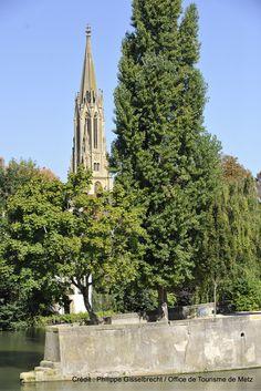 """Tour de la Garnison émergente de la """"nature""""   Les arbres du jardin des amours """"cachent"""" la Tour de la Garnison.   Découvrez Metz en venant nous rendre visite :-) !"""