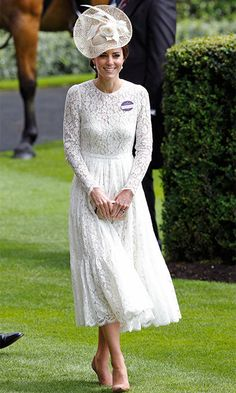 Kate Middleton sure loves those Dolce & Gabbana lace dresses. Again, she wore this white lace dress for a second time during her debut at the Royal Ascot. Moda Kate Middleton, Kate Middleton Outfits, Kate Middleton Style, Dolce & Gabbana, Vestido Dolce Gabbana, Beige Lace Dresses, Nice Dresses, Flower Girl Dresses, Royal Dresses