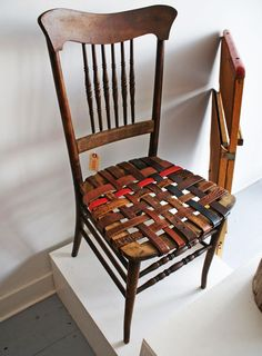 Use belts to make your chairs look creative~