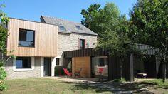Le salon offre une autre vue, à l'ouest, protégée par un volet en bois coulissant.