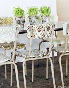 Des chaises d'écoles tapissées de chutes de papier peint. Maison de la créatrice Zoé de Las Cases