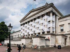El artista Nicolas Feldmeyer tejió el pórtico del edificio central de la University of College en Londres contrastando sus columnas romanas con enormes pedazos de tela blanca.