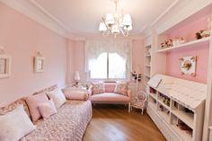 Variações do rosa em tons clarinhos proporcionam uma atmosfera delicada ao quarto de brinquedos, planejado pela arquiteta e designer Maitê M...
