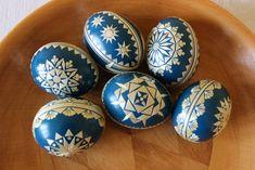 Kraslice+zdobené+slámou+Pouky+slepičích+vajec+barvené+a+zdobené+lepením+ječné+slámy.+Dostupné+barvy:+červená,modrá+a+černá. Egg Art, Egg Decorating, Spring Crafts, Easter Crafts, Easter Eggs, Projects To Try
