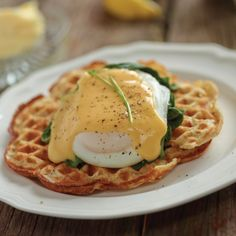 Eggs benedict on waffles – a unique twist on your eggs benny! Brunch Recipes, Breakfast Recipes, Snack Recipes, Pancakes And Bacon, Waffles, Waffle Mix, Work Meals, Good Food, Yummy Food