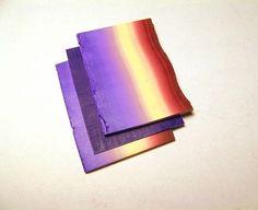Будем работать с полимерной глиной в технике мильфиори (также называется кейн или трость). Материалы: Любая термозапекаемая полимерная глина трех цветов для цветка и еще цвет для фона. Мной использована глина Premo. Необходима паста-машинка Время работы на создание кейна около часа. 1.Выбираем цвета для цветка и подготавливаем пластику. Я выбрала один светлый и два темных: красный, фиолетовый и бежевый. 2.