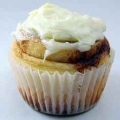 Cinnamon Roll Cupcakes - portable cinnamon rolls topped with cream cheese frosting. #Recipe #hair #food #DIY