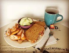 #HealthyBreakfast: Porción de manzana verde, salchicha de pavo de @pietran_oficial, pan de arándanos de @bimbocolombia y té de frutos rojos de @tehindu con manzanilla. Una opción deliciosa para comenzar el día!