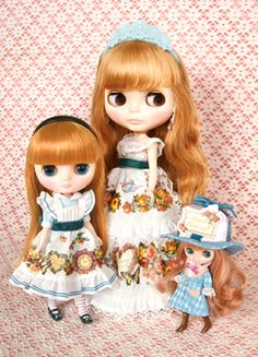 The Blythe, there are three types Neo, Petit, Midi.  Neo Blythe (height approximately 28.5cm)  Petit Blythe (height about 11cm)  Midi Blythe (height about 20cm)