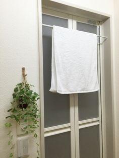 バスタオルやバスマットは、お風呂の入り口につっぱり棒で干しておけます。